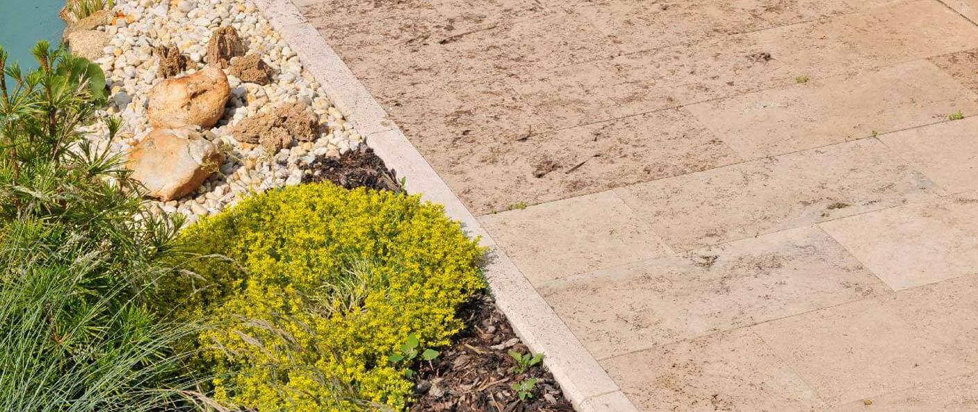 Terrassenplatten mit passender mediterraner Begrünung