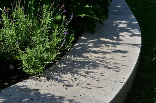Beetumrandung aus Naturstein