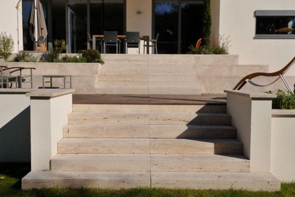 Blockstufen Natursteintreppen aus Travertin (Troja) Treppenaufgang