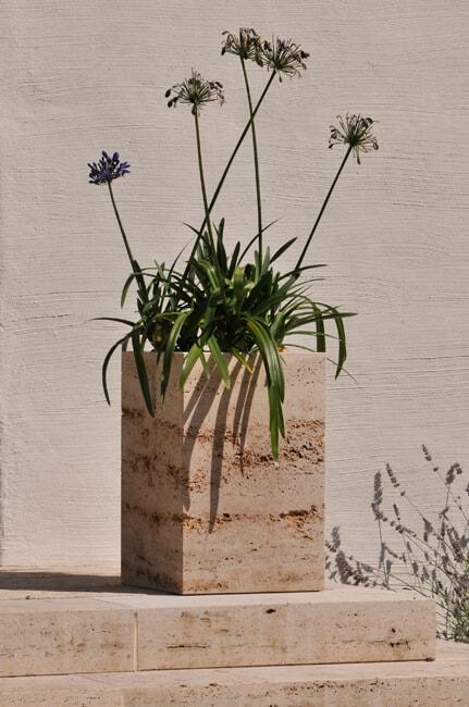 Blumenkübel aus hellem Naturstein