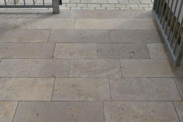 Naturstein Bodenplatten In Bahnen Travertin Troja Fur Den Aussenbereich