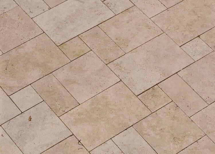 Bodenplatten Römischer Verband aus Travertin (Troja) hell außen