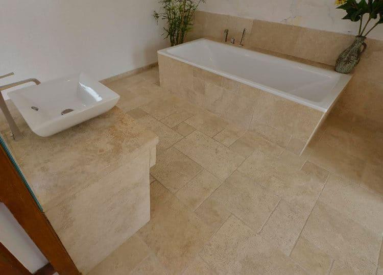 Bodenplatten Römischer Verband aus Travertin (Troja) Bad hell