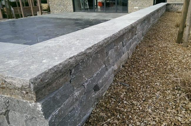 Mauer mit Abdeckplatte