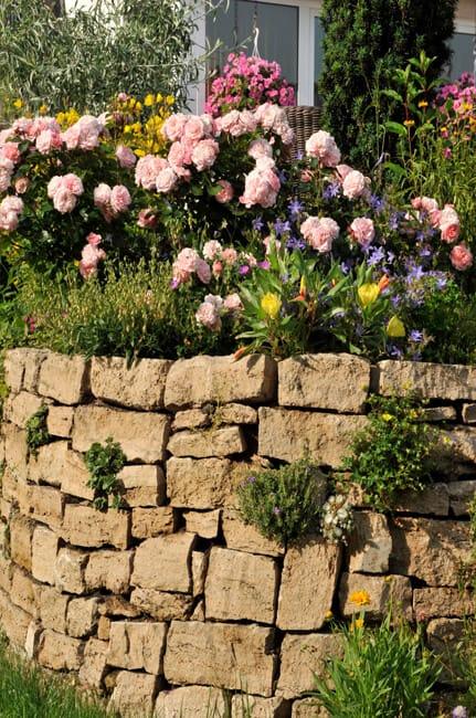 Natursteinmauer im Garten