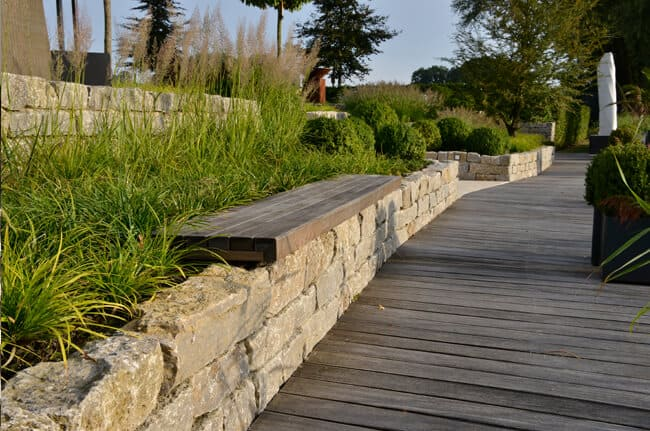 Natursteinmauer mit Sitzbänken
