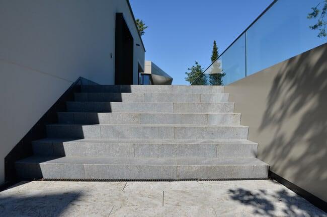 Natursteintreppe mit Blockstufen