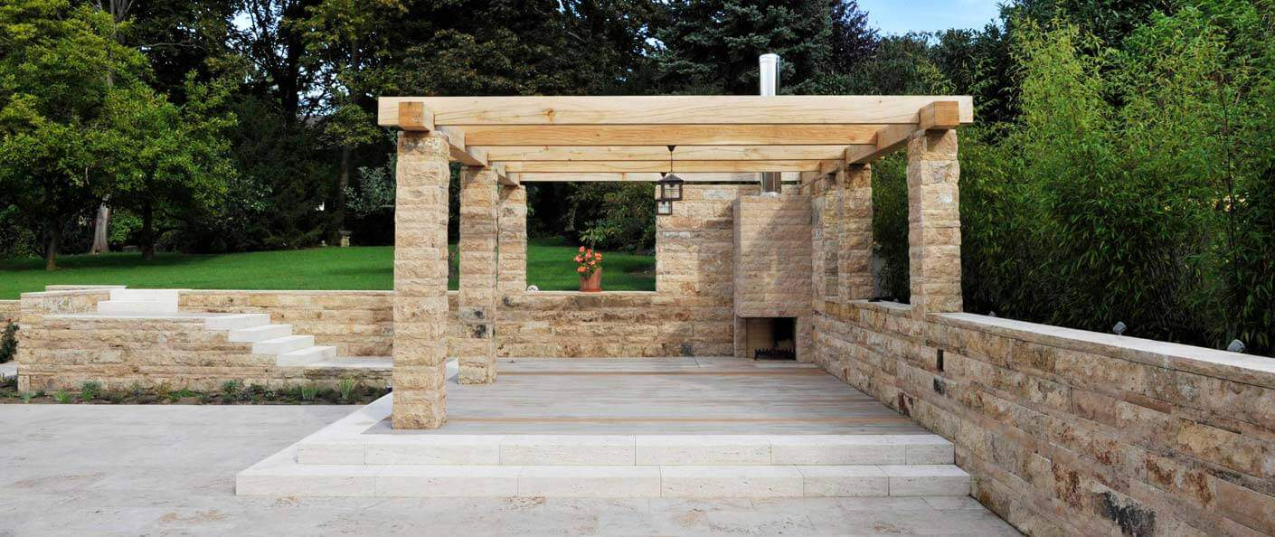 Terrasse aus Naturstein mit Kamin