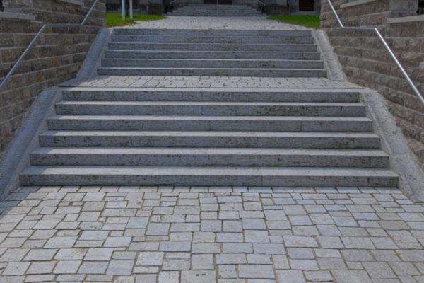 Pflasterplatten aus Muschelkalk Treppe