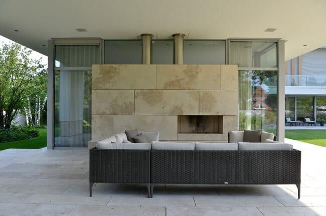 Terrasse mit Natursteinkamin