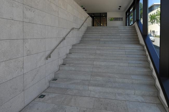 Treppe mit Blockstufen aus Muschelkalk