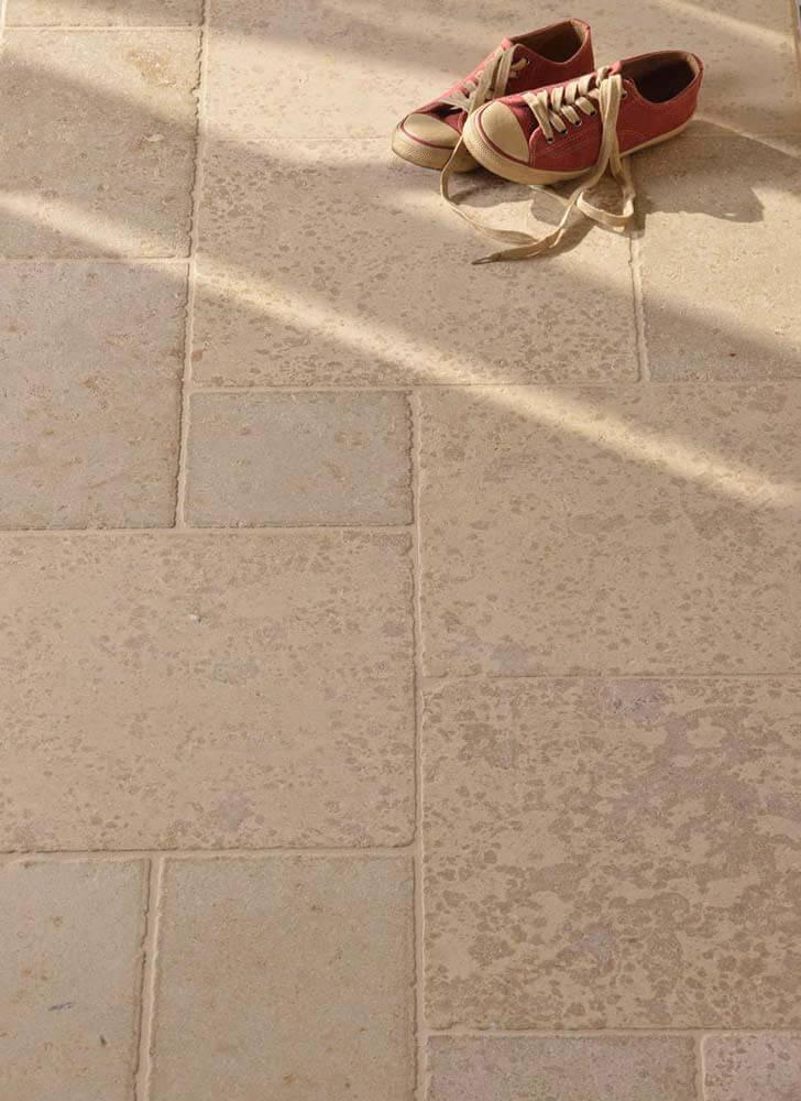 Bodenplatten im römischen Verband aus Travertin (Troja) hell außen