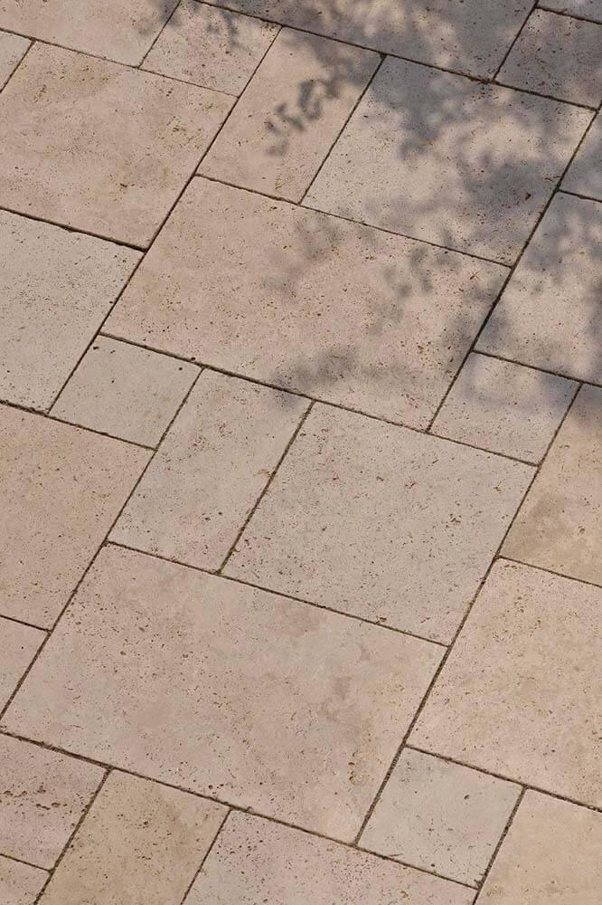 Bodenplatten im römischen Verband aus Travertin (Troja) hell