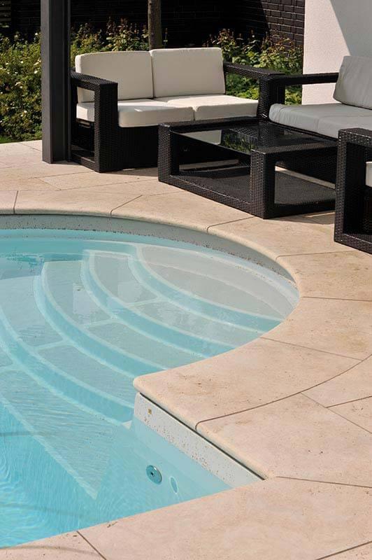 Poolumrandung aus Travertin (Troja) hell für die Terrasse
