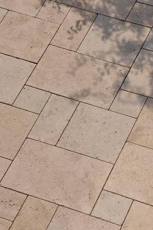 Terrassenplatten im Römischen Verband aus Travertin (Troja) hell
