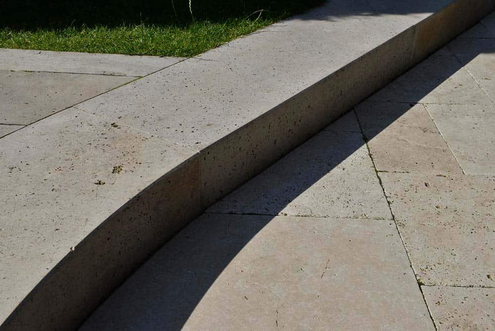 Terrassenplatten römischer Verband aus Travertin (Troja) nah