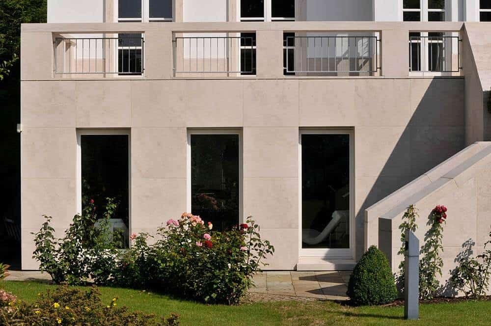 Wandverkleidung aus Travertin (Troja) mit Fenstern