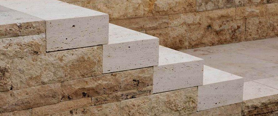 Natursteintreppe mit Blockstufen aus Travertin