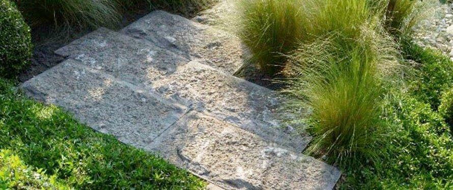 Gartenplatten aus Naturstein selber verlegen