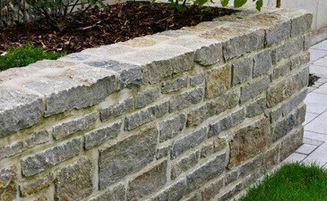 natursteinmauer gartenmauer selber bauen steine verfugen ratgeber. Black Bedroom Furniture Sets. Home Design Ideas