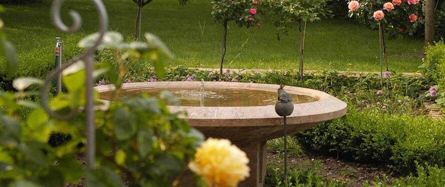 Gartenbrunnen Aus Stein Im Rosengarten