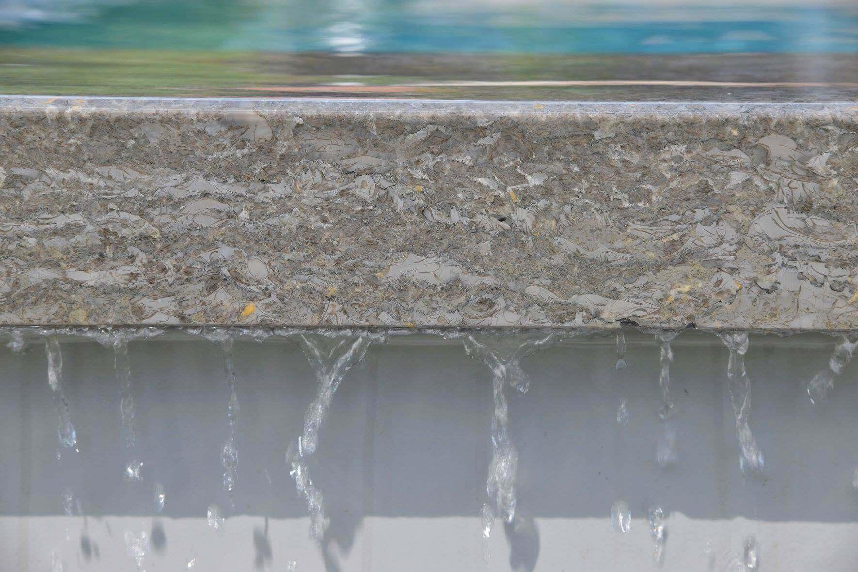 Poolumrandung Beckenrandsteine mit überlaufendem Wasser