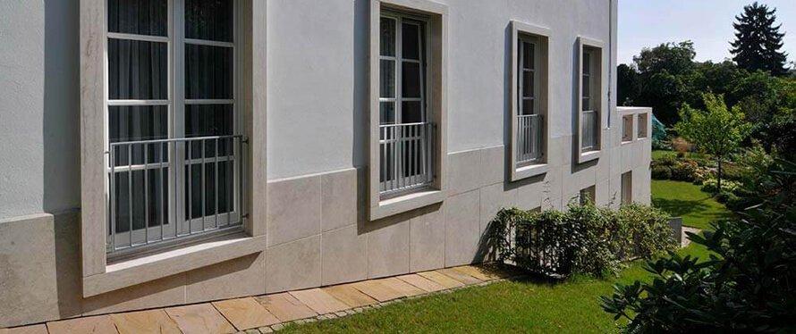 sockelverkleidung aus naturstein f r au en 20 ideen mit natursteinplatten traco manufactur. Black Bedroom Furniture Sets. Home Design Ideas