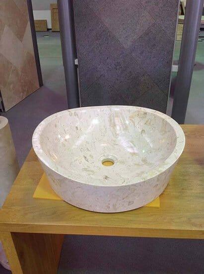 Waschbecken aus Kalkstein