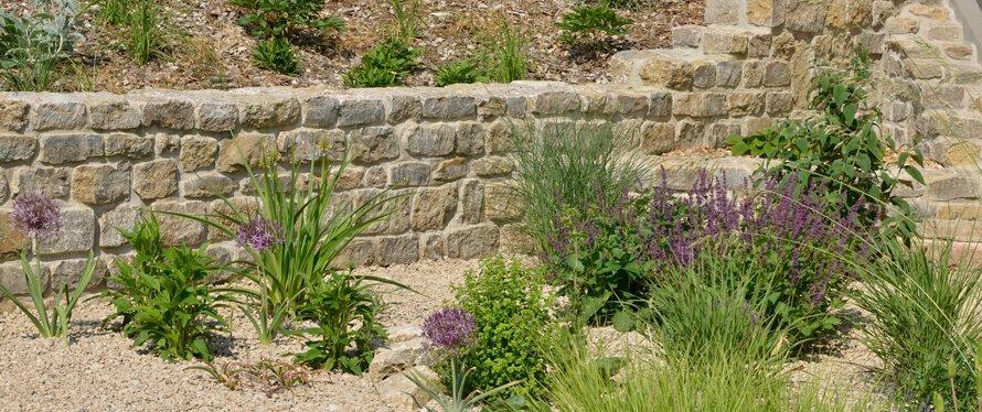 Beetgestaltung mit Naturstein im Hanggarten