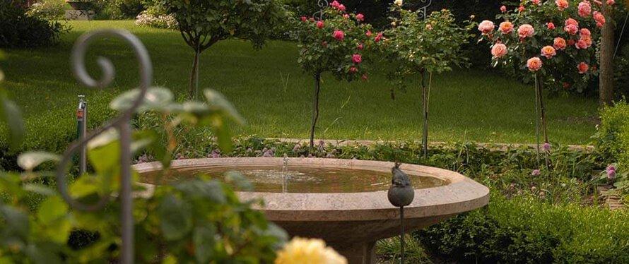 Gartengestaltung-mit-Brunnen