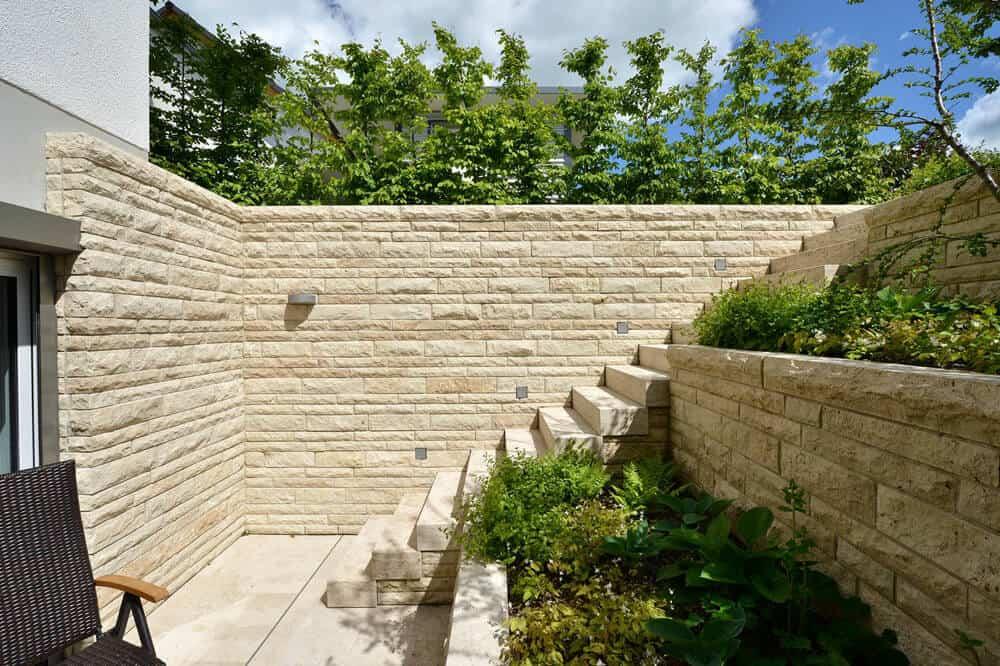 Hanggarten mit Stützmauer und Treppe