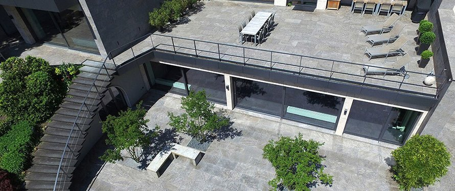 Schlichte Gestaltung einer Dachterrasse mit Dolomit