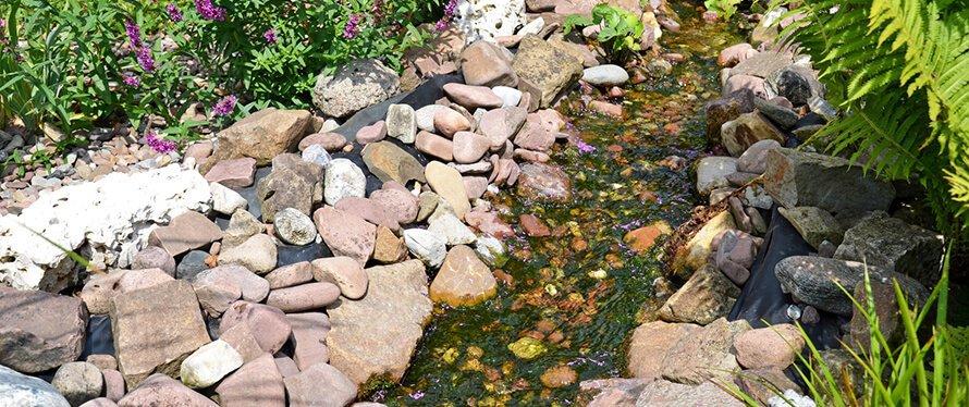 Gerader Bachlauf mit Steinen