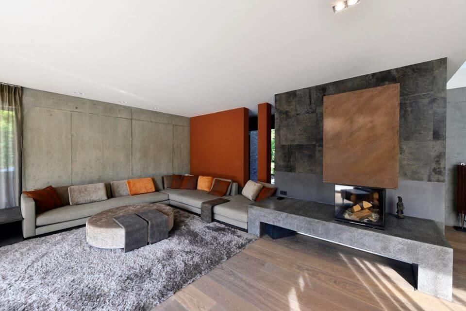 Kombination aus verschiedenen Natursteinen als Wandverkleidung im Wohnzimmer