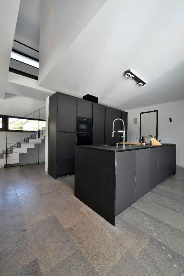 Moderne Küche mit dunklem Natursteinboden Muschelkalk Memphis Osiris