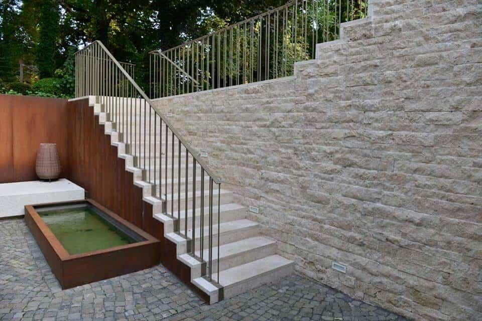 Rustikaler Wandaufgang eines Treppenaufgangs