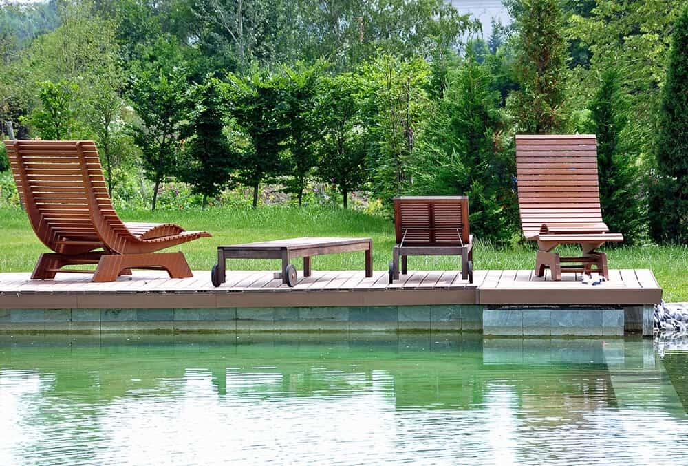 Schwimmteich mit Gartenliegen