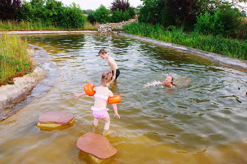 Schwimmteich mit spielenden Kindern