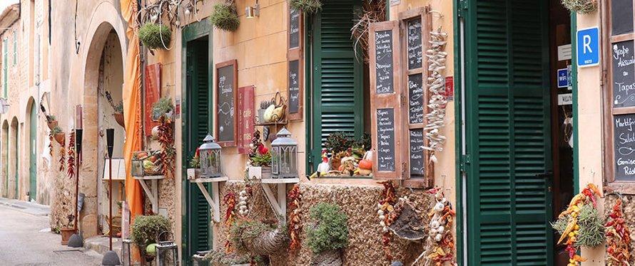 Eine Terrasse im mediterranen Stil vermittelt das Gefühl der südlichen Länder.