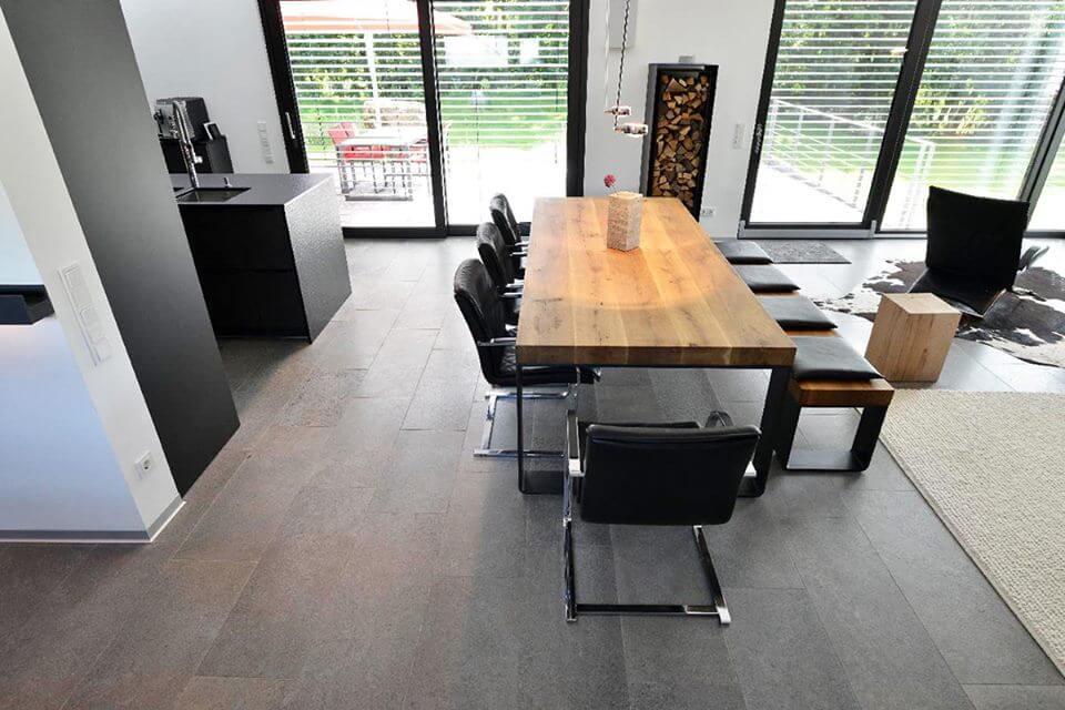 Wohnküche und Essbereich mit grauen Muschelkalk Verlegeart Bodenplatten in Bahnen
