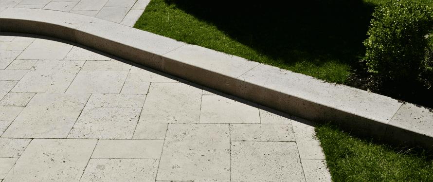 Natursteinplatten verlegen