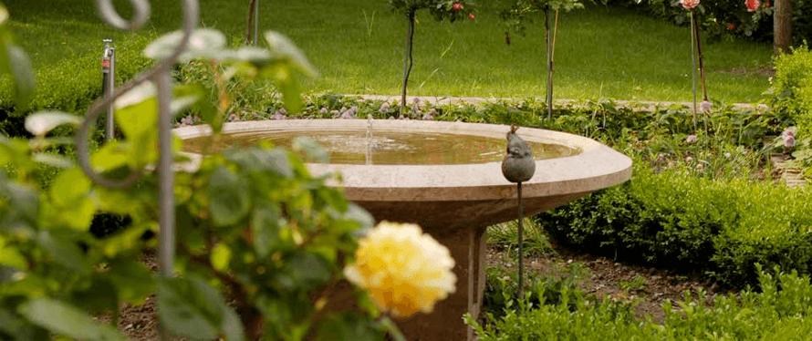 Natursteinbrunnen für den Garten - Materialien, Formen & 20 ...