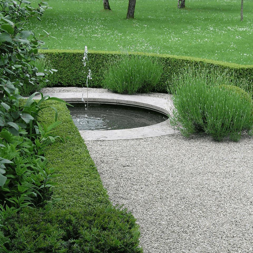 Springbrunnen mit Travertin-Umrandung
