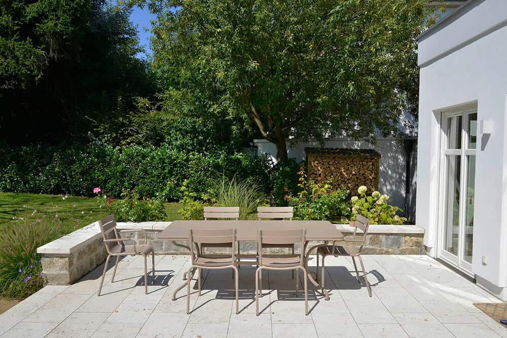 Naturstein in Terrassenboden & Mauer kombiniert