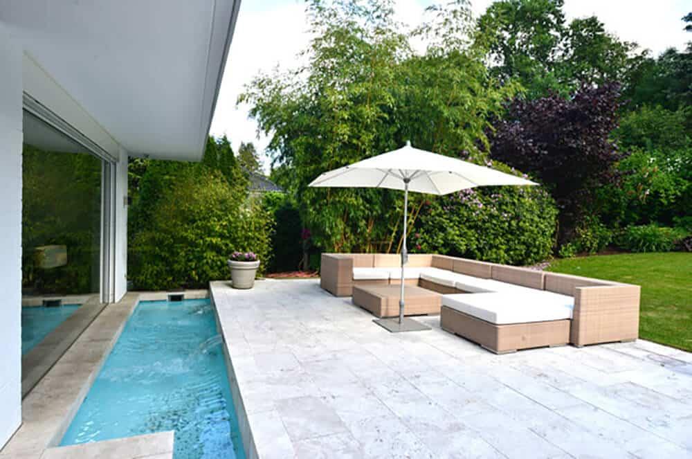Helle Terrasse mit Pool
