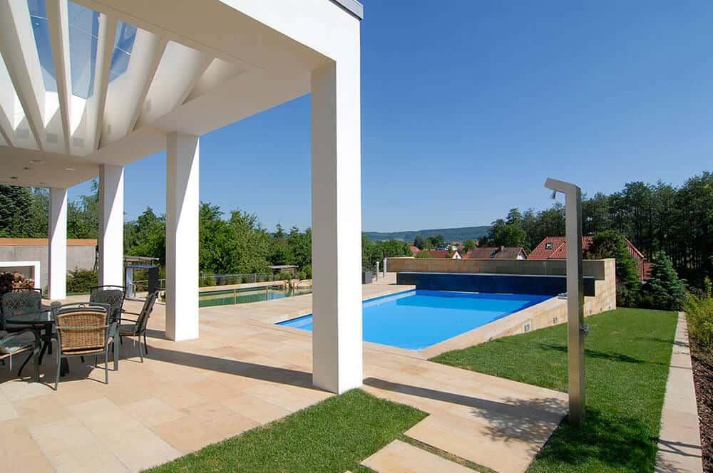 Terrasse aus Sandstein mit Pool
