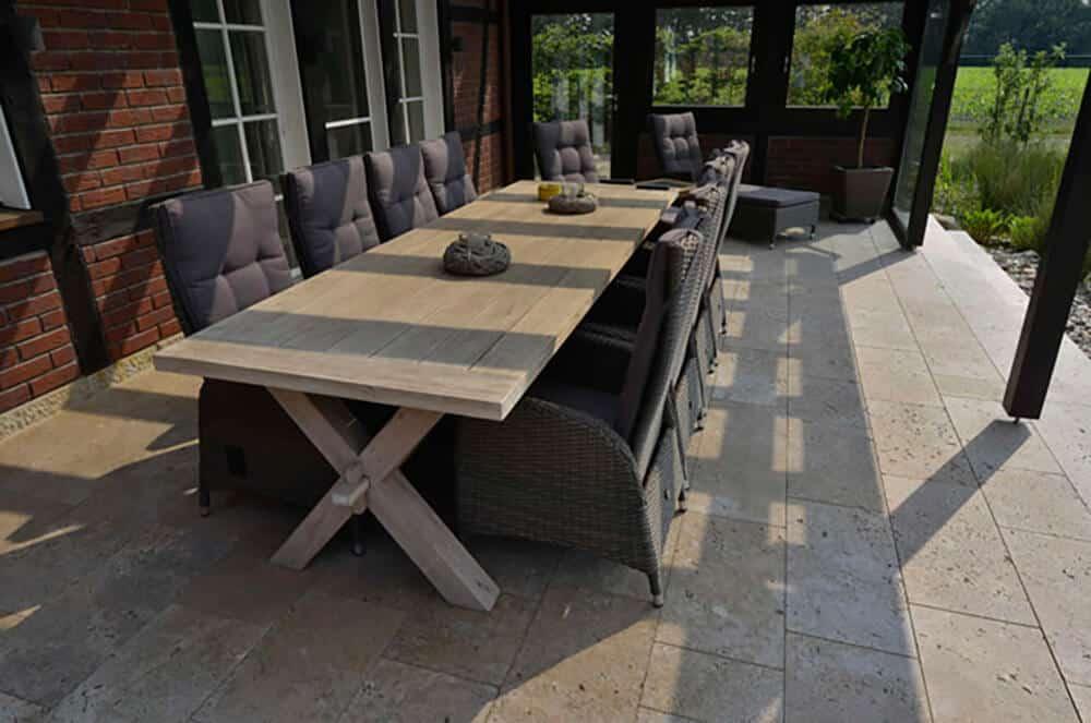 Travertin-Terrasse im rustikalen Stil