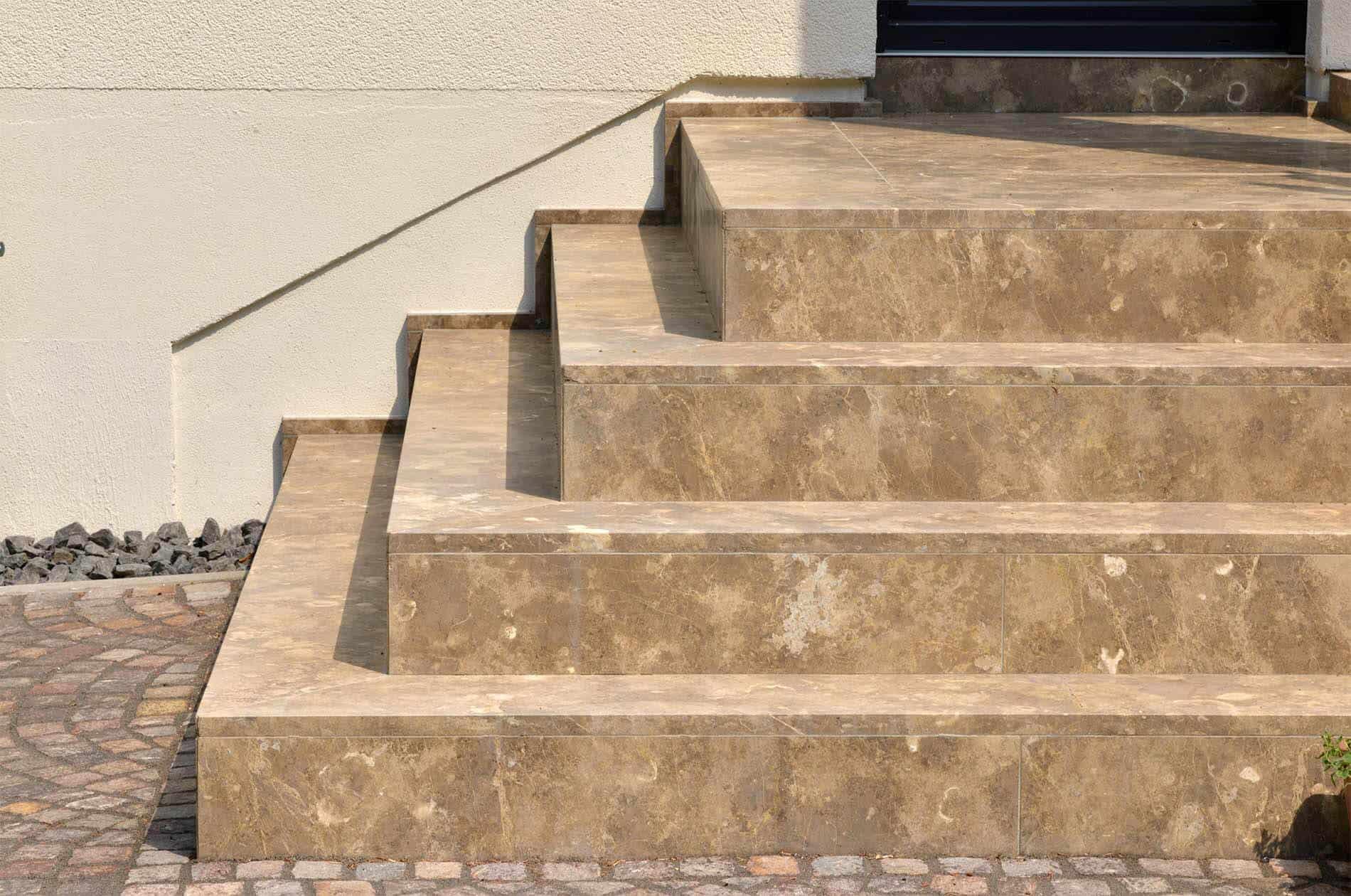 Elegante Steintreppe als Hauseingang