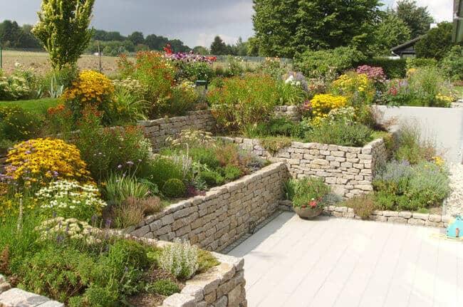 Garten mit Natursteinmauern