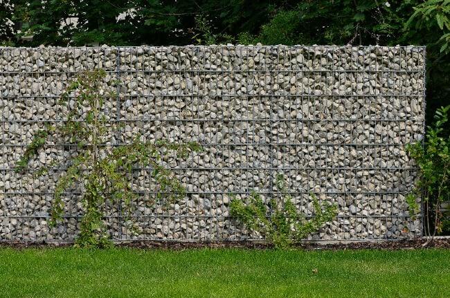 Mauer aus kleinen Steinen